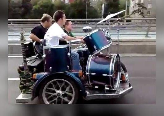 Rusų rokeriai koncertavo važiuodami ant perdaryto motociklo