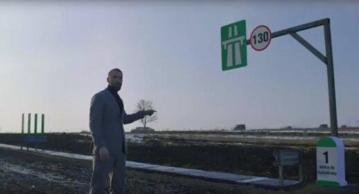 Norėdamas sugėdinti šalies valdžią vyras nutiesė 1 metro ilgio autostradą