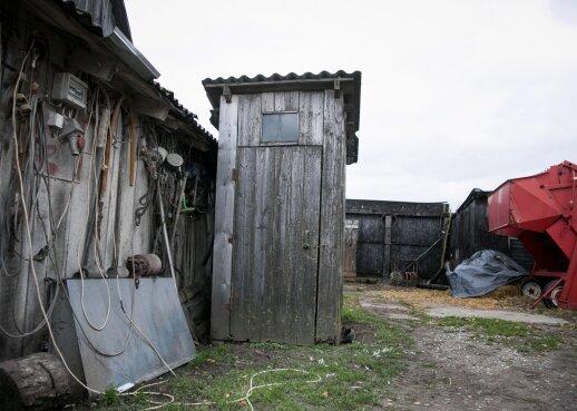Kraupus radinys Varėnoje: lauko tualeto srutų duobėje aptiktas negyvas vyras