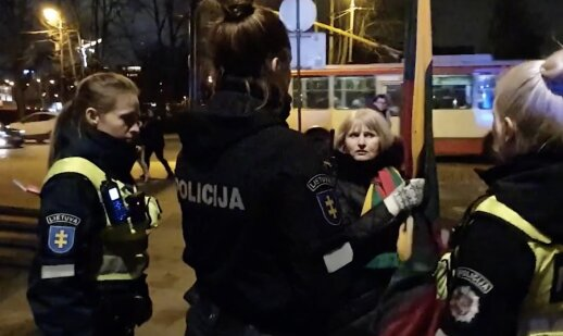 Trispalvės alėjoje sulaikyta mokytoja policijoje sukėlė tikrą skandalą: mane tampė rusė pareigūnė