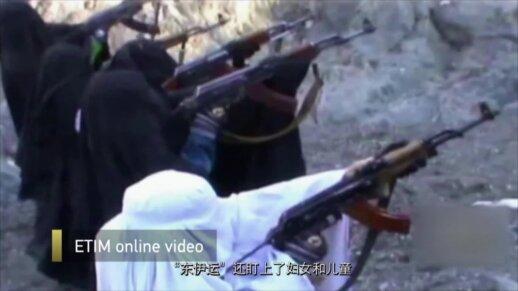 Nufilmuota, kaip teroristai moko vaikus rengti smurtinius išpuolius