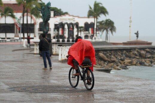 """Meksikos pietvakarių pakrantę pasiekė 1-osios kategorijos uraganas """"Lorena"""""""