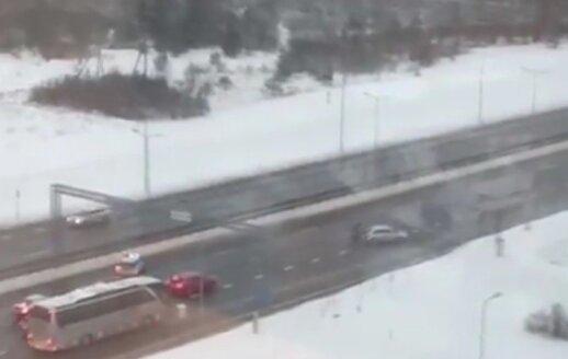 Vilniuje nufilmavo, kaip pareigūnai gelbėjo į bėdą patekusią vairuotoją ir atlaisvino eismą