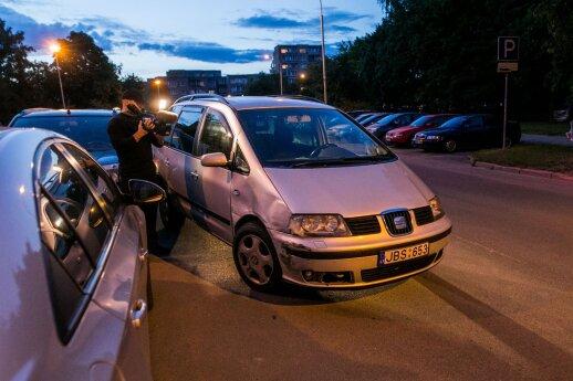 Girtas vairuotojas Vilniuje niokojo automobilius ir buvo sučiuptas pasipiktinusių miestiečių