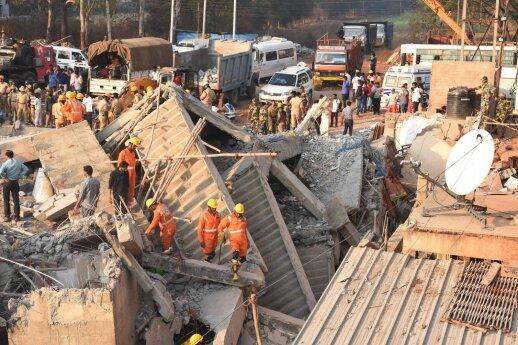 Indijoje sugriuvus pastatui 11 žmonių žuvo, per 50 išgelbėta
