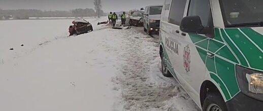 Tragiška avarija Kėdainių rajone: du žmonės žuvo, dar vienas sužalotas papildyta vaizdo įrašu