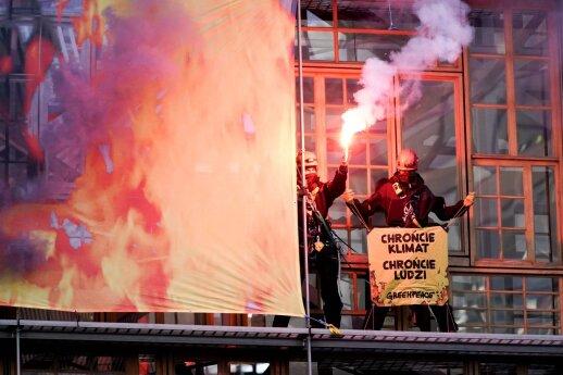 Klimato aktyvistai prieš ES lyderių susitikimą įkopė į naują Bendrijos būstinės pastatą papildyta