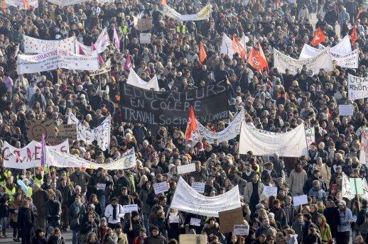 Prancūzijoje streikas toliau paralyžiuoja transporto sistemą