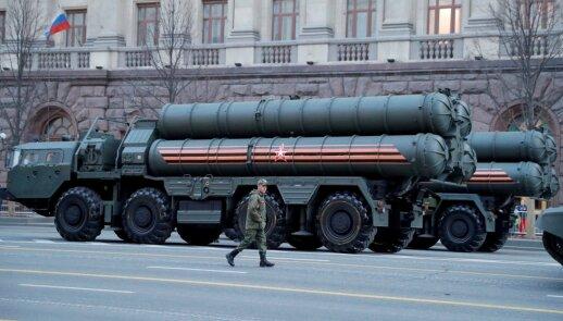 Turkija, nepaisydama JAV grasinamų sankcijų, žada naudoti Rusijos S-400 gynybos sistemas