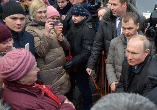 Sankt Peterburge – nepatogūs klausimai Putinui: domėjosi, ar pragyventų iš pensijos