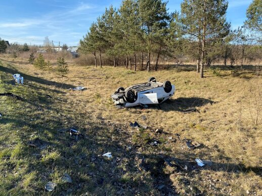 """Vilniaus rajone susidūrė du automobiliai: """"Renault"""" liko gulėti griovyje ant stogo sužaloti du žmonės"""
