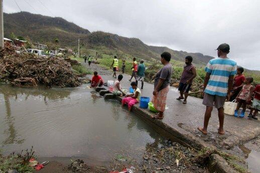 """Ciklonas """"Tino"""" smogė Fidžiui: du žmonės laikomi dingusiais, 3 000 persikėlė į prieglaudas"""
