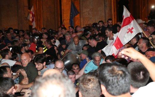 Gruzijoje tūkstantinė minia bando šturmuoti parlamentą atnaujinta