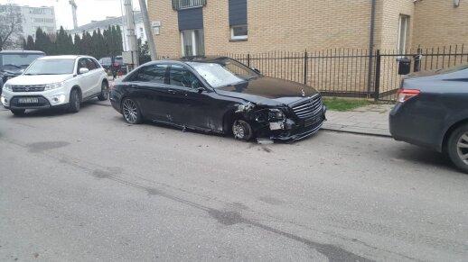 """Vilniuje siautėjo girtas """"Mercedes"""" vairuotojas, pametė ratą, bet vis tiek pabėgo netrukus buvo surastas"""