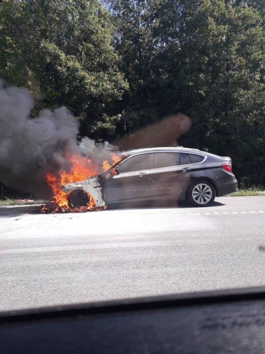 Greitkelyje prie Kauno užsidegė BMW susidarė spūstis, papildyta