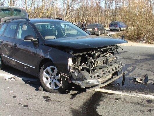 """Jaunikio skolintu """"VW Passat"""" svečius vežiojęs giminaitis po smūgio į BMW - ligoninėje"""