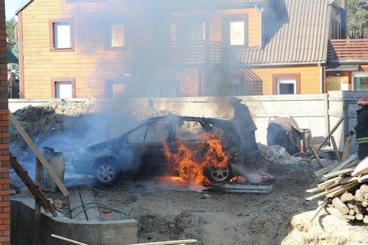 Palangoje per kelias akimirkas ugnis sunaikino automobilį